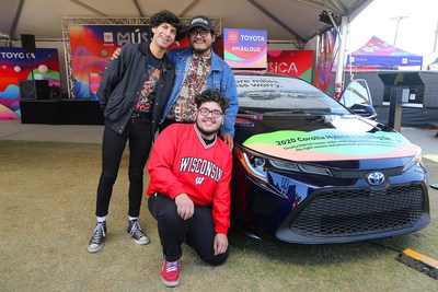 Jose Corona (batería), Henry Vargas (vocalista, guitarra) y Patrick Estrada (bajo), miembros de la banda The Red Pears, se unieron a Toyota en el marco de un evento especial para conocer y saludar a los fans durante el Festival Tropicalia en Pomona, California.