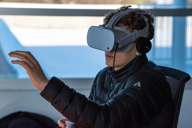 A student experiences virtual reality using Oculus headset. Photo: Tanya Kirnishni/ Canadian Geographic (CNW Group/Royal Canadian Geographical Society)