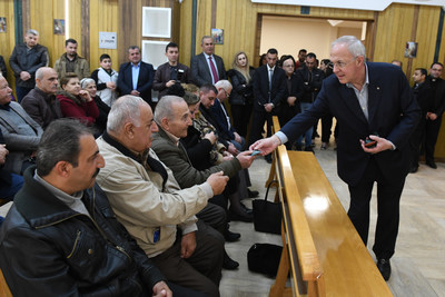 Supreme Knight Carl Anderson hands out rosaries during a meeting with Christians who had fled ISIS in Mosul. Pope Francis had personally given the rosaries to the supreme knight to deliver to Christians in Erbil. Supreme Knight Anderson met with the Christians at The McGivney House, a church-run apartment building constructed with support from the Order to serve displaced families and the elderly. (Photo by Tamino Petelinsek)