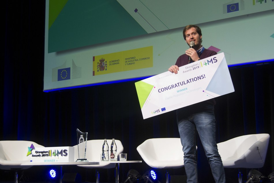 Luka Ambrozisc, Engineer from Elaphe, Receiving the award from Sanyu Karani, FundingBox CEO. Nov 2019 at the Digital European Industry Stakeholders Forum Event in Madrid