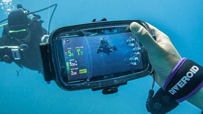 Inspired to create an affordable, innovative solution to expensive dive gear options, Artisan & Ocean has introduced its latest DIVEROID model, a compact all-in-one high-quality dive device featuring a dive computer, underwater camera, compass, and dive logbook that works with your smartphone. Documenting the wonders of the oceanic deep is now at your fingertips. DIVEROID was developed by experienced divers at Artisan & Ocean, who recognized the need for a more affordable, dependable solution. (PRNewsfoto/Artisan & Ocean)