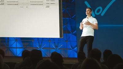 Registro de Fábio Tavares, especialista em Marketing Digital ministrando uma de suas palestras.