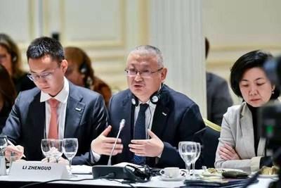 Li Zhenguo (centro), presidente de LONGi Green Energy Technology Co., Ltd, habla en el Foro Global Fortune 2019 en París, el 18 de noviembre pasado. (PRNewsfoto/Xinhua Silk Road Information Se)