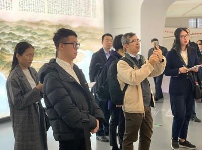 Repórteres do sudeste asiático visitam o Ningbo City Exhibition Hall em 21 de novembro. (PRNewsfoto/Xinhua Silk Road Information)