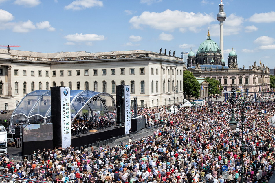 """Audience of 42.000 people at """"State Opera for All"""" 2014 © BMW AG"""