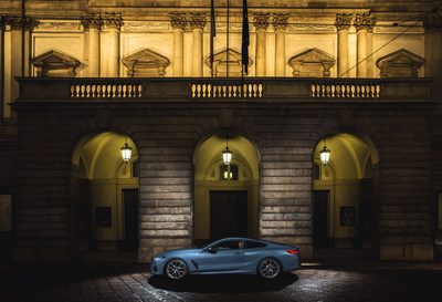 BMW 8 Series in front of Teatro alla Scala (C) BMW AG