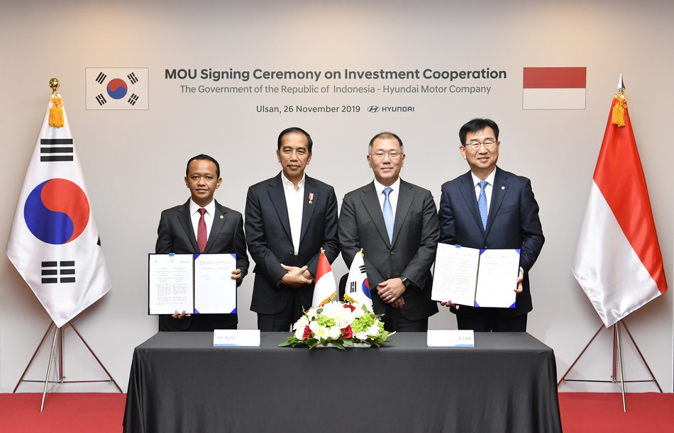 (From left to right) Bahlil Lahadalia, Chairman of Indonesian Investment Coordinating Board (BKPM); Joko Widodo, President of Indonesia; Euisun Chung, Executive Vice Chairman of Hyundai Motor Group; Wonhee Lee, President and CEO of Hyundai Motor Company
