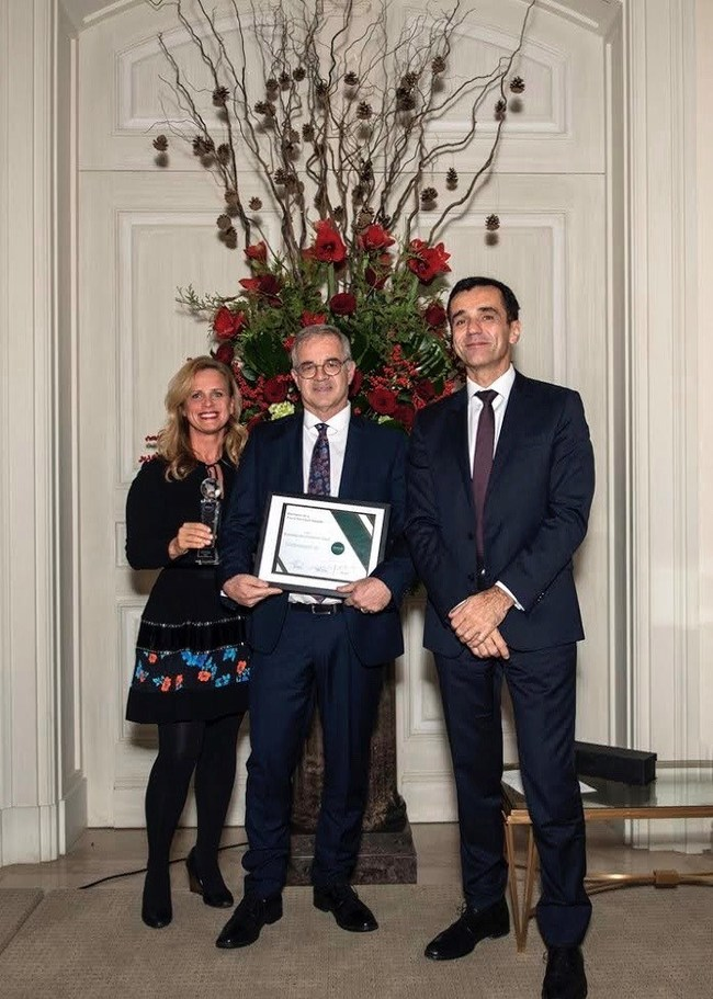 Ilian Mihov (right), INSEAD Dean, Nida Januskis, Deputy Dean of Advancement at INSEAD and the 2019 Business as a Force for Good Award Winner, Sustainalytics (received by Gary Hawton, Director Institutional Relations). (CNW Group/INSEAD)