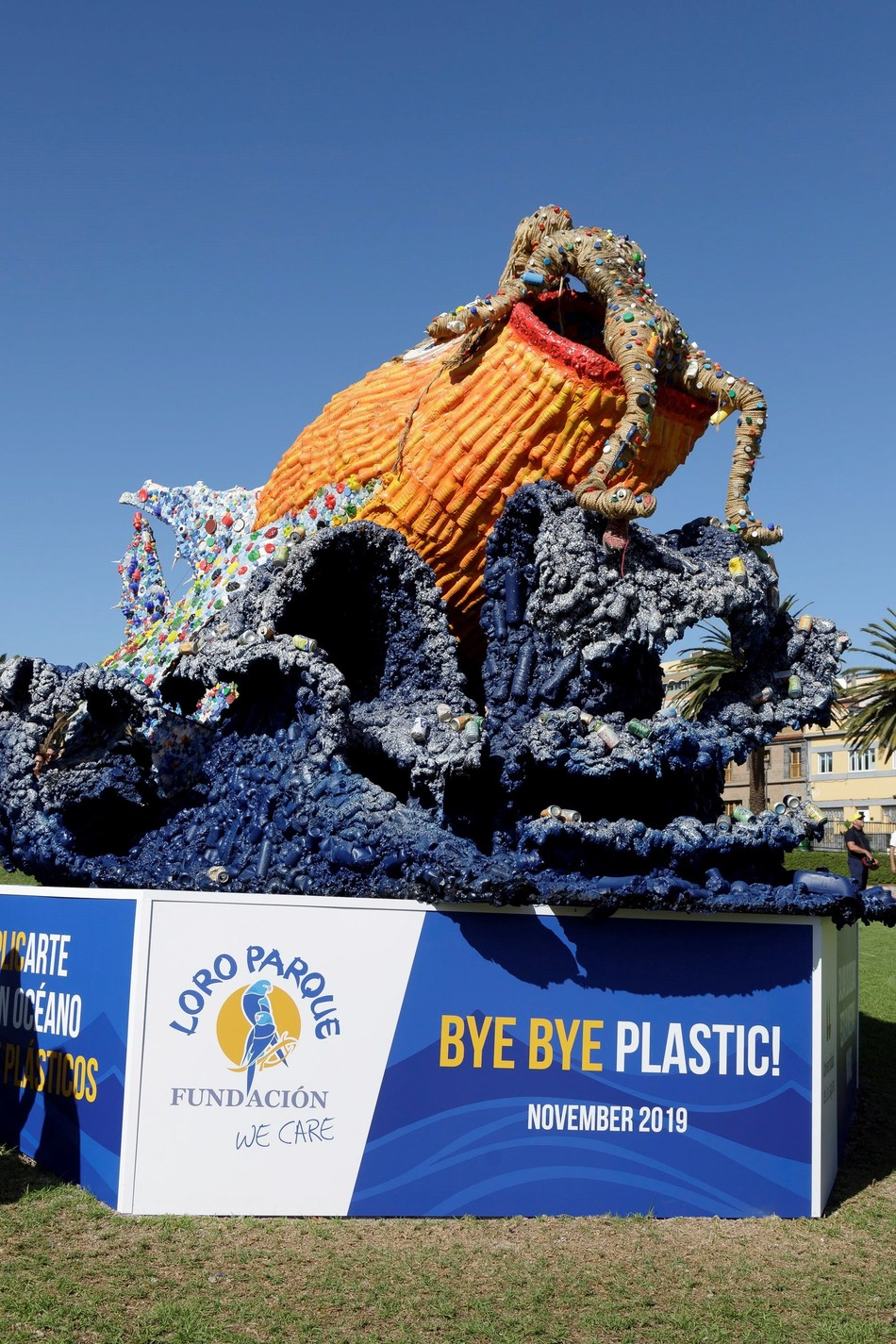 Loro Parque Foundation inaugurates sculpture to raise awareness about plastic.