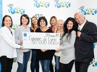 Les six gagnantes sont en compagnie d'Isabelle Jean (à gauche), présidente des opérations - Loteries et vice-présidente aux affaires publiques à Loto-Québec, et d'Yves Corbeil. (Groupe CNW/Loto-Québec)