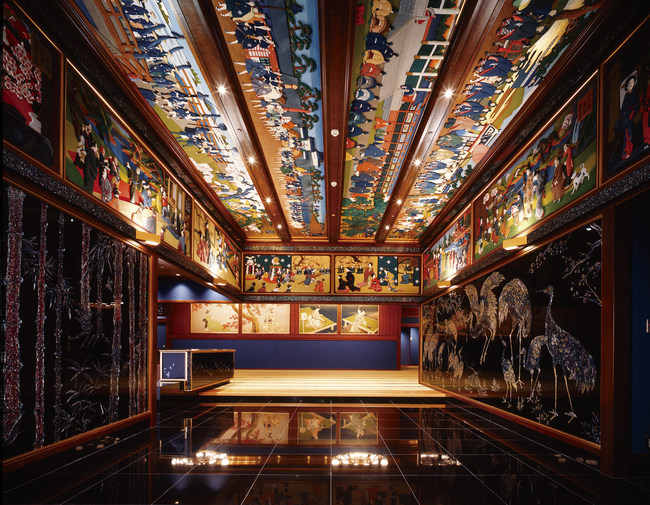 Glamorous Japanese banquet room filled with authentic artwork.