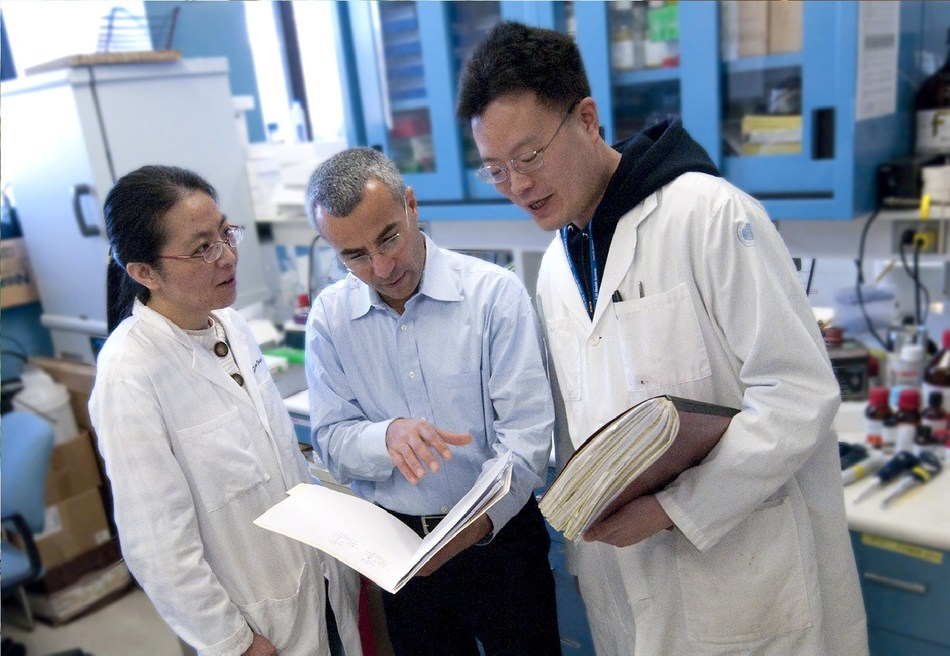 Dr. Yousef Al-Abed with fellow researchers (Credit: Feinstein Institutes for Medical Research)