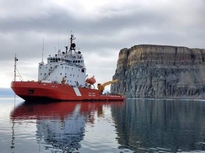 Le NGCC Terry Fox en disponibilité pour répondre à des appels de déglaçage à Gascoyne Inlet, au Nunavut. (Groupe CNW/Pêches et Océans Canada - Région du Centre et Arctique)