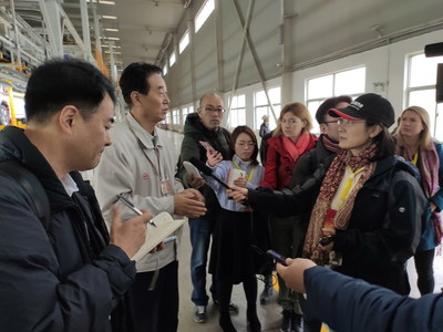 The interview panel visiting the BYD new energy vehicle production workshop. (PRNewsfoto/Xi'an Municipal Committee)