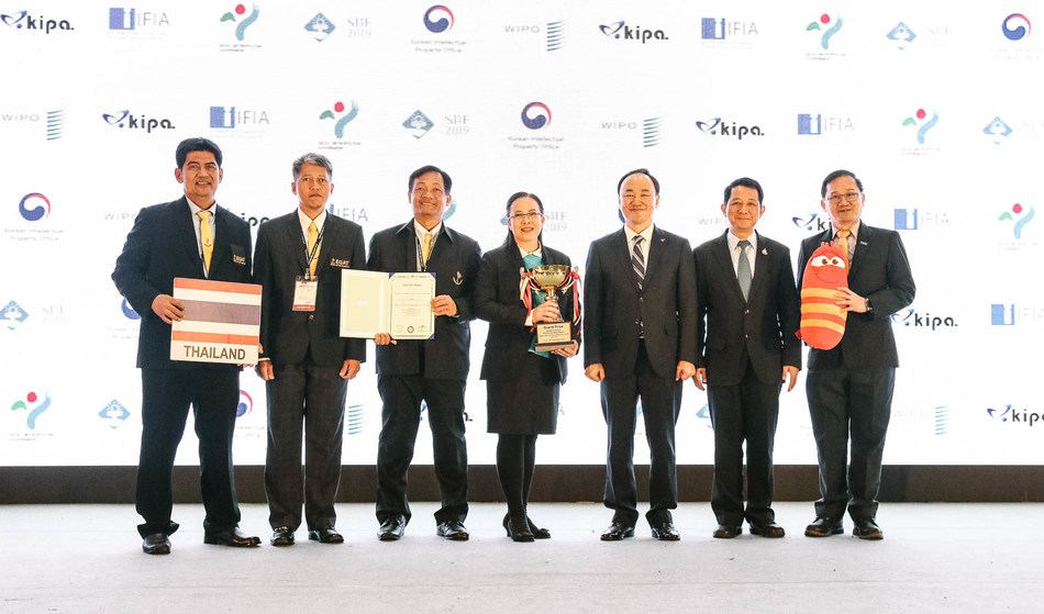 Koh Joon-ho, vice president of KIPA, and the Grand Prize winners from Thailand are taking a group photo at the SIFF 2019 awards ceremony held at Seoul Samseong-dong COEX C Hall on November 30. (Source: Korea Invention Promotion Association)