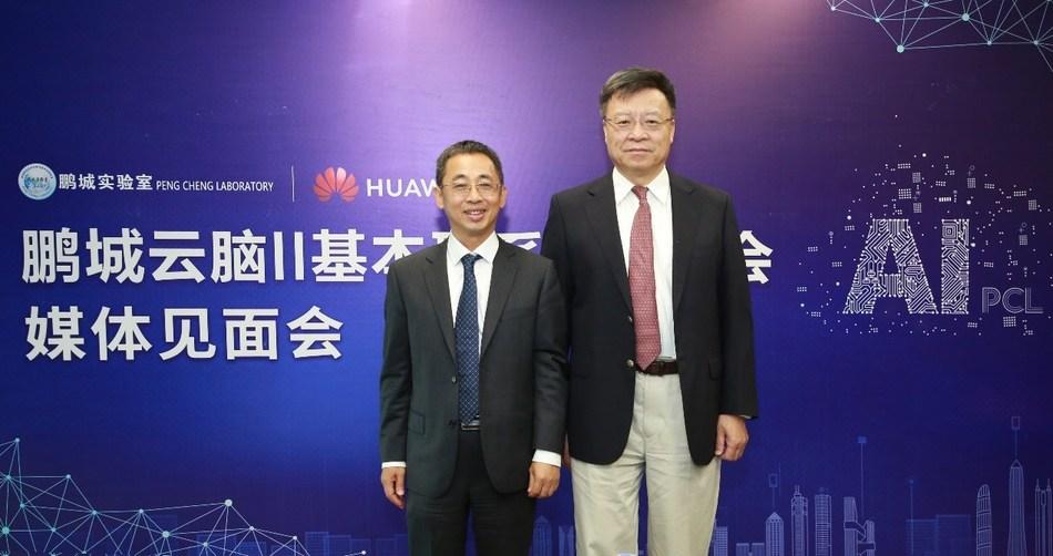 Hou Jinlong (à esquerda), vice-presidente sênior da Huawei e presidente da Huawei Cloud & AI Products and Services, e Gao Wen (à direita), diretor da Peng Cheng Lab, na cerimônia de lançamento. (PRNewsfoto/Huawei)