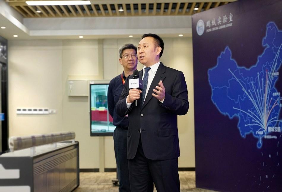 Michael Ma, presidente del departamento de negocios de computación inteligente de Huawei, presentando el Atlas 900. (PRNewsfoto/Huawei)