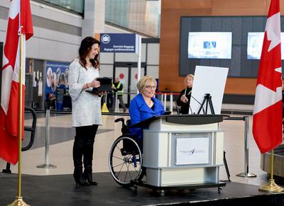 De la gauche: Samantha Proulx (Spécialiste de l'environnement accessible, ABE Factors Inc.) et Julie Sawchuk (Stratégiste et éducatrice en matière d'accessibilité) (Groupe CNW/Ottawa International Airport Authority)