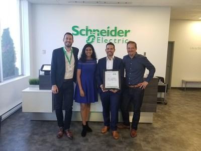 Gaetan Djenane et Lakmini Perera de Schneider Electric Canada avec Nick Folino de McRae Electric Ltd., et Ludovic Debuchy de Schneider Electric Canada. (Groupe CNW/Schneider Electric Canada Inc.)