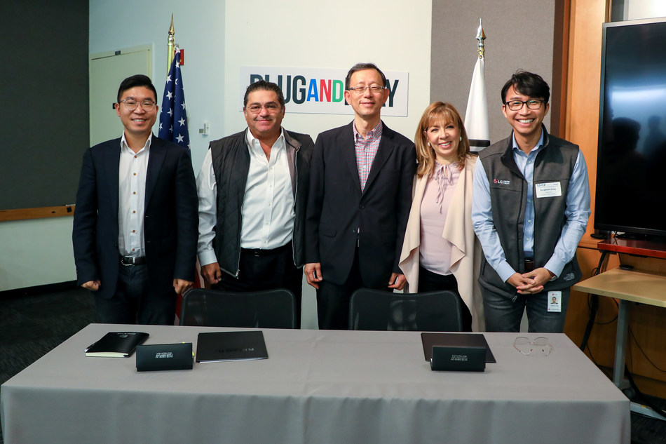 From left to right: David Kim (Corporate Partnerships Manager, Plug and Play), Saeed Amidi (Founder & CEO, Plug and Play), Yoon Suh (EVP, LG), Jackie Hernandez (SVP Global Partnerships, Plug and Play), Sungkwon Kang (Senior Manager, LG TCA)