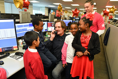 Actor Kim Coates meets kids from Kids Up Front at CIBC Miracle Day to raise funds for childrens' charities. (CNW Group/CIBC)