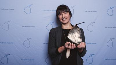 Photo 2 : le Prix Droits et Libertés 2019 a été remis à l'illustratrice et auteur Élise Gravel (Groupe CNW/Commission des droits de la personne et des droits de la jeunesse)