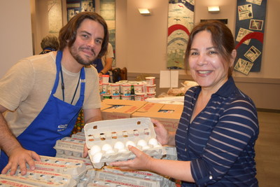 Client and Volunteer at Downtown Vancouver Community Food Hub (CNW Group/The Greater Vancouver Food Bank)