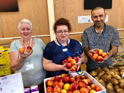 Proud volunteers showing off gorgeous local produce at Weekly Food Hub (CNW Group/The Greater Vancouver Food Bank)