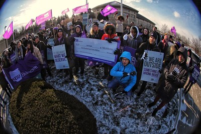 Hundreds of frontline healthcare workers and union supporters rally at the CarePartners' corporate head office to fight back against the homecare agency's recent move towards locking out their almost 3,000 personal support workers (PSWs). (CNW Group/SEIU Healthcare)