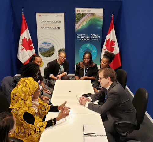 Minister of Environment and Climate Change Jonathan Wilkinson meets with francophone women climate negotiators from Africa. (CNW Group/Environment and Climate Change Canada)