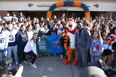 LaDainian Tomlinson, Miembro del Salón de la Fama del Fútbol Américano Profesional, Tony the Tiger y representantes de la Fundación de The DICK'S Sporting Goods, anunciaron hoy que todas las escuelas secundarias públicas de El Paso, TX recibirán una subsidio en Becas para Deportes, por un total de --$500,000-- en nombre de Kellogg's Frosted Flakes Mission Tiger y la Fundación Sports Matter de The DICK'S Sporting Goods. El dúo se unió para ayudar a dar a los estudiantes de secundaria de El Paso, la oportunidad de practicar deportes, entregando camiones llenos de nuevos equipos deportivos. (PRNewsfoto/Kellogg Company)