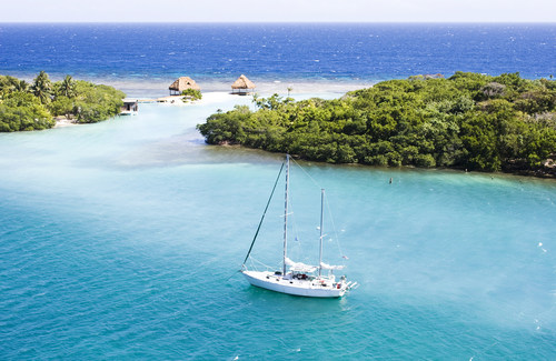 WestJet's inaugural flight connects guests to the Caribbean paradise of Roatan from Toronto (CNW Group/WESTJET, an Alberta Partnership)