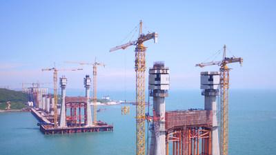 """Construção na """"Bermuda do Oriente"""": gruas torre da Zoomlion concluem operações de içamento para a maior ponte viária-ferroviária marítima do mundo."""