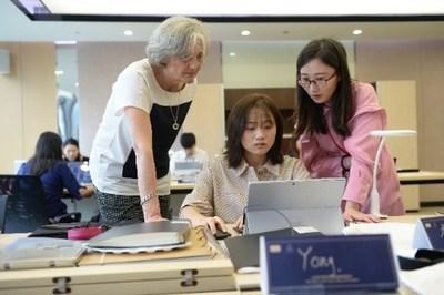 Sylvie Ballivet (à esquerda), diretora de design da HEJ Paris, deu as primeiras aulas de alto design de joias em junho e setembro, encorajando os estudantes a adotar um método de mente aberta e inovador em seus designs. (PRNewsfoto/Chow Tai Fook)