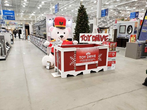 Thanks to the generosity of Lowe's and RONA customers, Lowe's Canada was able to present the Salvation Army with a total of 8,680 toys. More than 6,200 of those toys were collected in Lowe's and RONA stores in Ontario and will be distributed to families in need throughout the province. (CNW Group/Lowe's Canada)