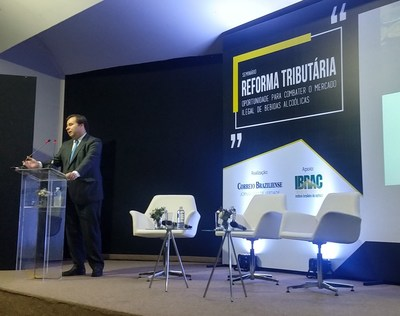 Rodrigo Maia afirma que sistema tributário gera muitas distorções em evento sobre mercado ilegal de bebidas alcoólicas