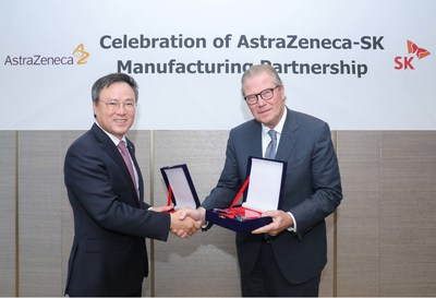 Dong-hyun Jang, SK holdings CEO, and Leif Johansson, Chairman of AstraZeneca are exchanging commemorative plaques to celebrate an important milestone in the manufacturing partnership