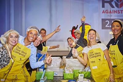 Proprietários de empresas da Forever Giving se reuniram em um evento global de empacotamento de refeições para ajudar a combater a fome no mundo