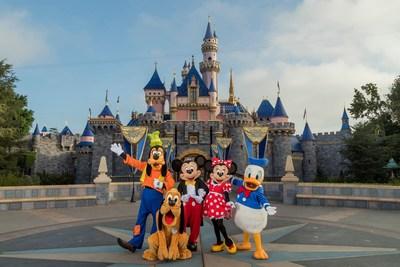 Delante del Castillo de la Bella Durmiente en Disneyland Park, Mickey Mouse, Minnie Mouse y sus amigos dan la bienvenida a visitantes de todo el mundo. Combinando clásicos favoritos y adiciones emocionantes, Disneyland Resort es una parte esencial de unas vacaciones en el sur de California. (Joshua Sudock/Disneyland Resort)