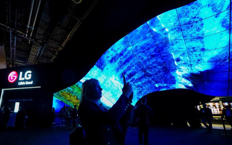 Les participants du CES une fois de plus ébahis par le kiosque spectaculaire de LG, ses technologies de « vagues » OLED et sa zone « fontaine » (Groupe CNW/LG Electronics Canada)