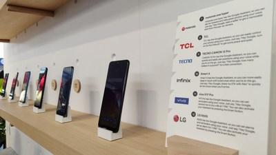 Google demuestra dispositivos inteligentes con el Botón Google Assistant en CES 2020 (PRNewsfoto/TECNO Mobile)
