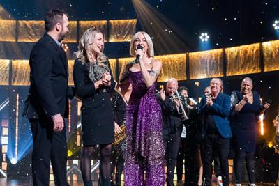 La gagnante Isabelle Foster, accompagnée de son conjoint et de l'animatrice Marie-Mai. (Groupe CNW/Loto-Québec)