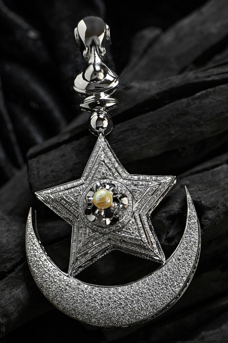 Allah Pearl designed in the form of a diamond pendant