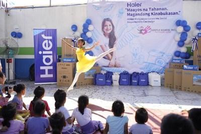 Foto tomada el 5 de julio de 2019 muestra a una niña bailando en la ceremonia de donación de Haier en un centro de asistencia social de Filipinas. (PRNewsfoto/Xinhua Silk Road Information Se)