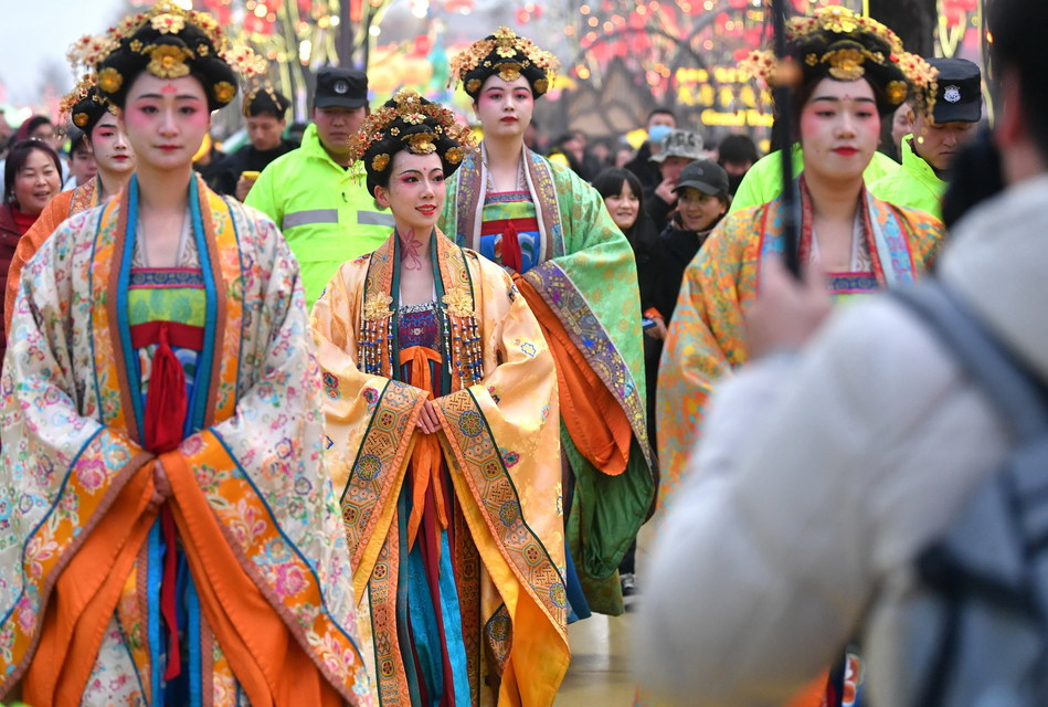 The actors are performing ancient costume shows at the Grand Tang Mall.