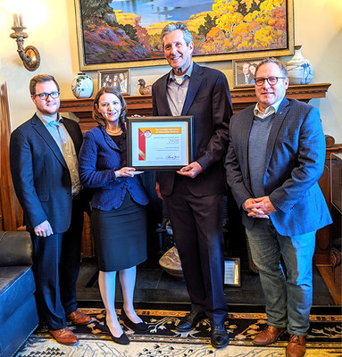 Premier of Manitoba Brian Pallister (centre right) and Minister of Finance Scott Fielding (right) with Laura Jones (centre left) and Jonathan Alward (left) from CFIB. (CNW Group/Canadian Federation of Independent Business)