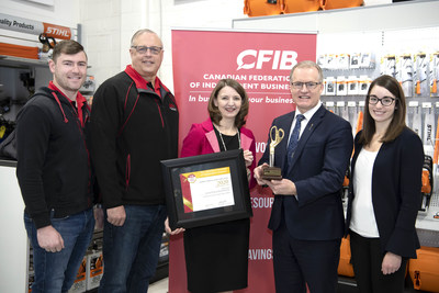Alberta Associate Minister of Red Tape Reduction Grant Hunter (centre right) with Laura Jones (centre left) and Annie Dormuth (right) from CFIB and CFIB member Scott Jardine and family (left). (CNW Group/Canadian Federation of Independent Business)