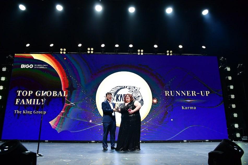 Runner-up of the Top Global Family, Karma representative, receiving the award from BIGO's President, Jason Hu.