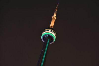 在澳大利亚国庆日1月26日,加拿大国家电视塔点亮绿色和金色灯光,与全世界一起向正在遭遇毁灭性野火的澳大利亚表达支持。