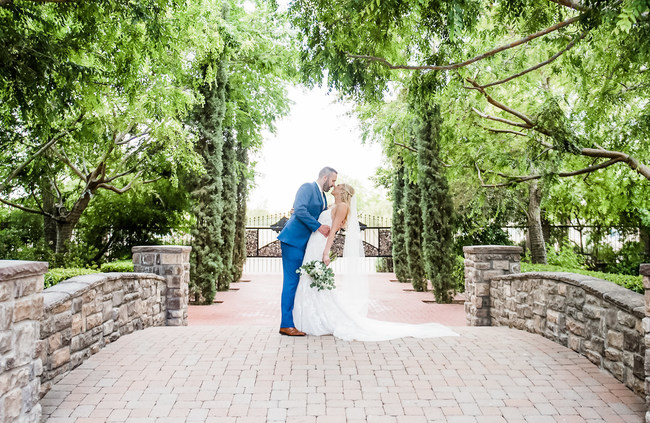 At this expansive manor, couples can take advantage of endless photo opportunities featuring lush greenery, cobblestone accents, climbing ivy, manicured landscaping, sparkling fountains, a glistening pool, and more!